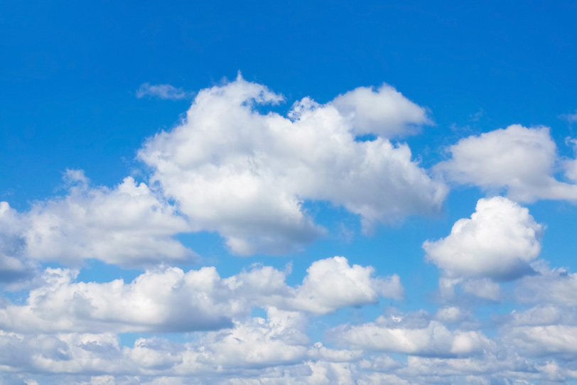 沢山の雲が重なり合う青空の写真画像