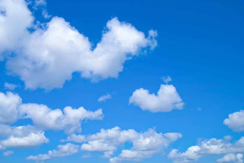 綿雲が浮かぶ穏やかな青空の写真画像