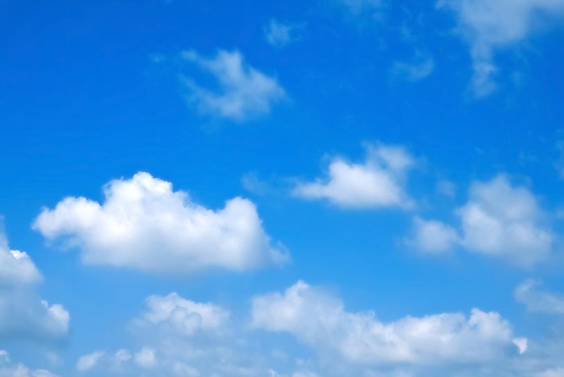 白い雲と鮮やかな青空の写真画像