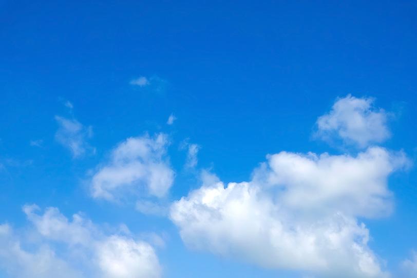 日差しに輝く雲と青空の写真画像