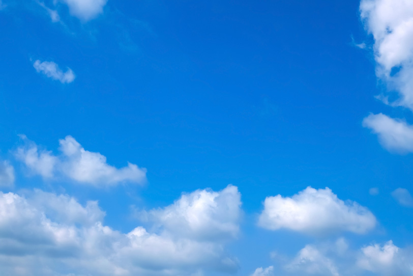 白雲が浮かぶ綺麗な青空の写真画像