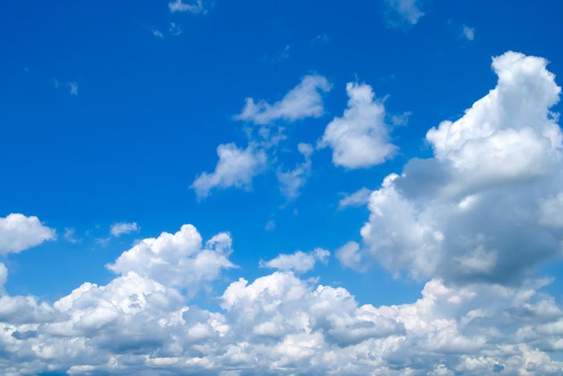 雲が湧き出る群青色の青空の写真画像