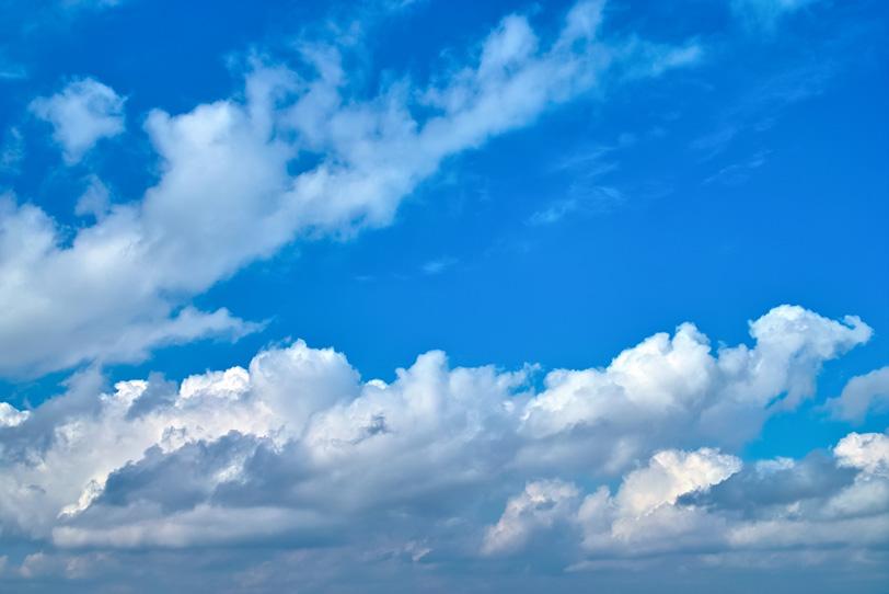 大きな雲が流れる青空の写真画像