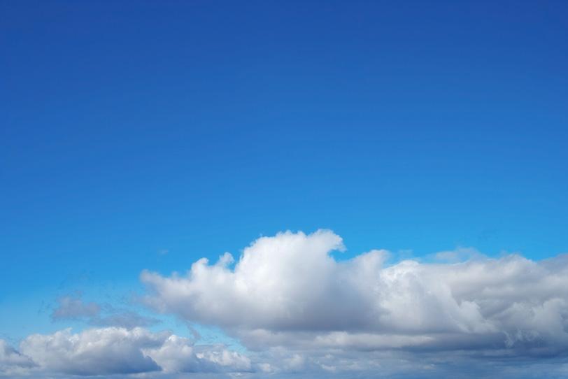 紺碧の青空の下の大きな雲の写真画像