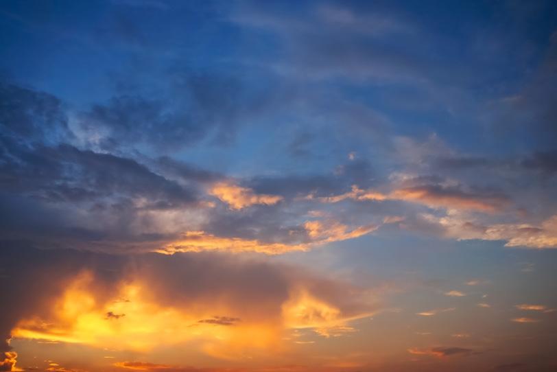 尊厳なる金色雲が輝く夕焼けの写真画像