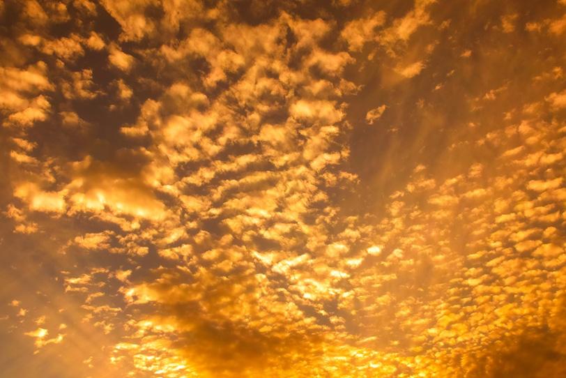 金色の雲が夕焼けに輝くの写真画像