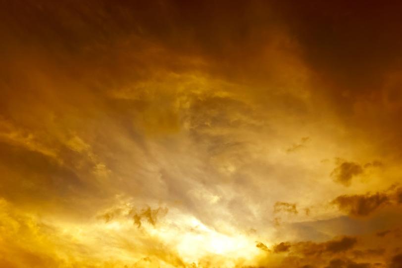 淡い闇を照らす夕焼けの残光の写真画像