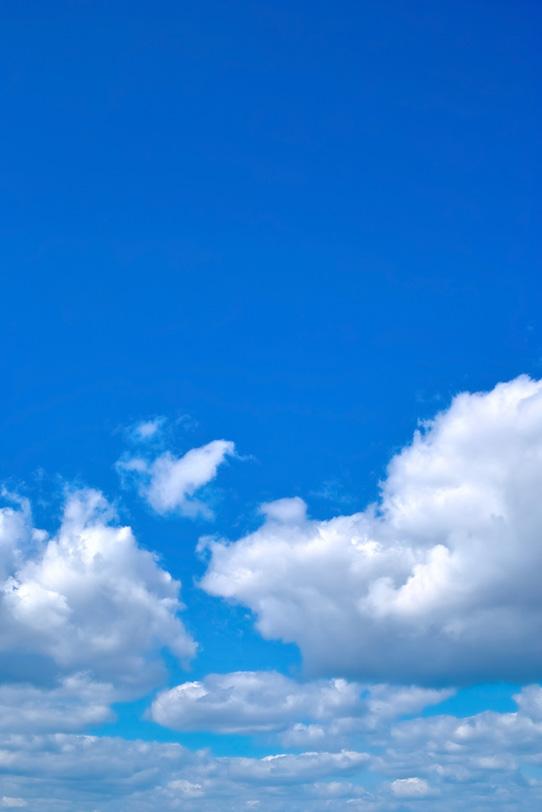瑠璃色の青空が群雲の上に広がるの写真画像