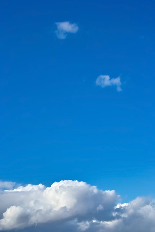濃紺の青空が厚雲の上に広がるの写真画像