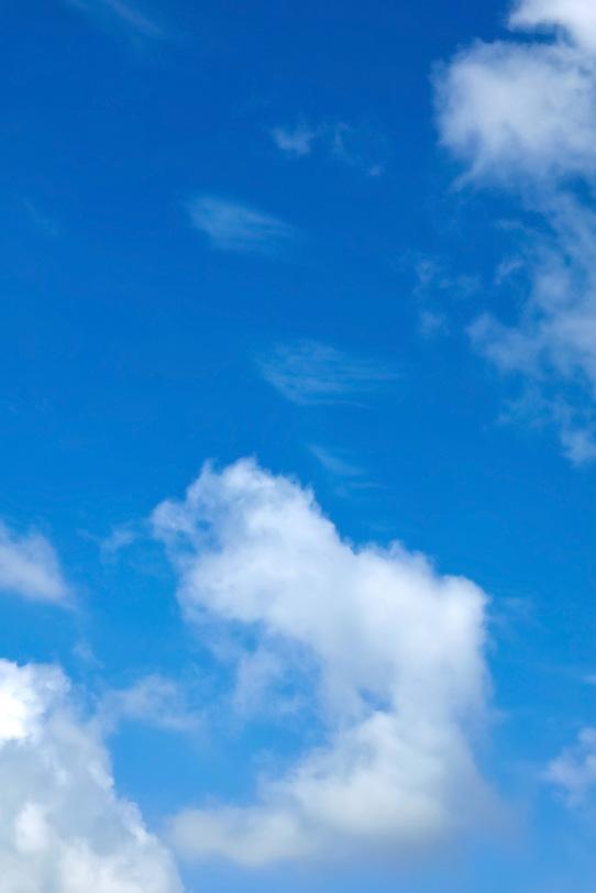風に流される雲と青空の写真画像