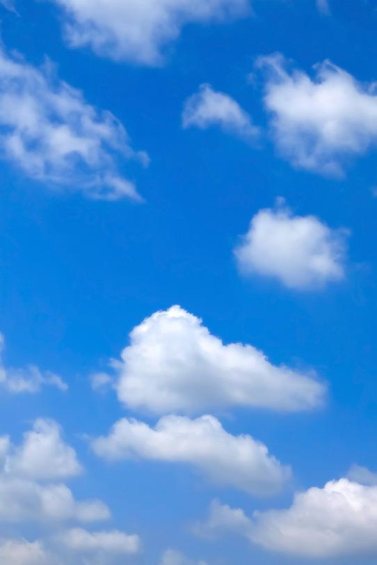 雲がゆっくりと流れる穏やかな青空の写真画像
