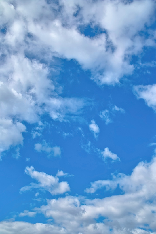 青空が雲の切れ目に覗くの写真画像