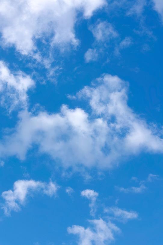 薄い雲が散らばる青空の写真画像