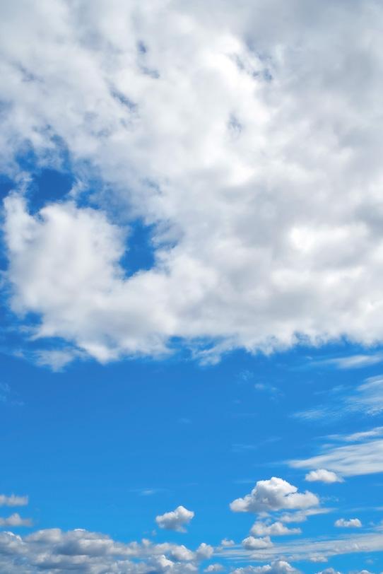 青空が広がる雲の向こうの写真画像