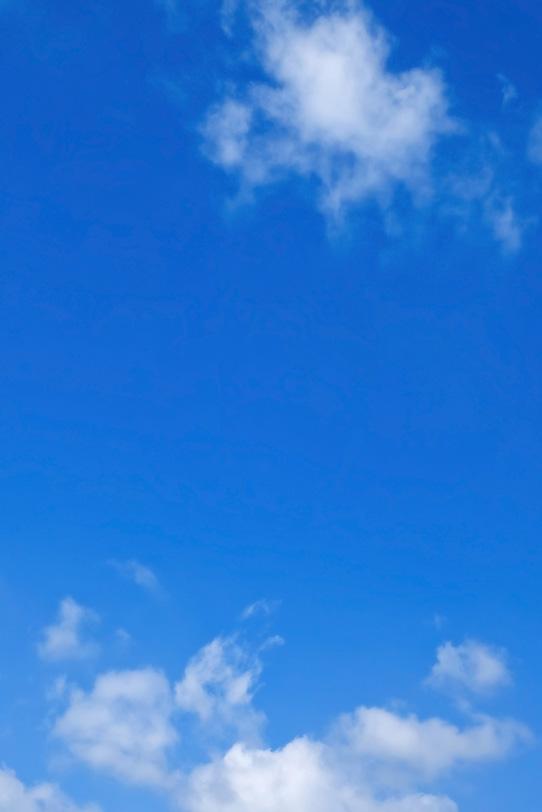 雲が漂う透徹した青空の写真画像