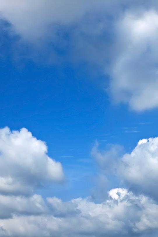 青空が見える密雲の隙間の写真画像