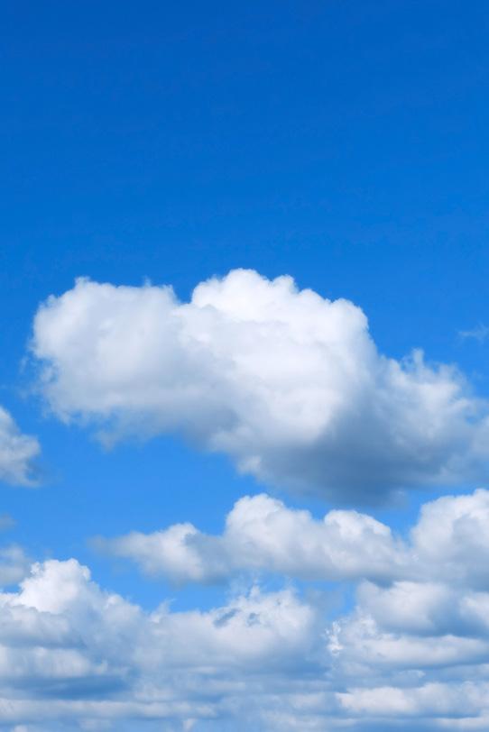 叢雲と静穏な青空の写真画像