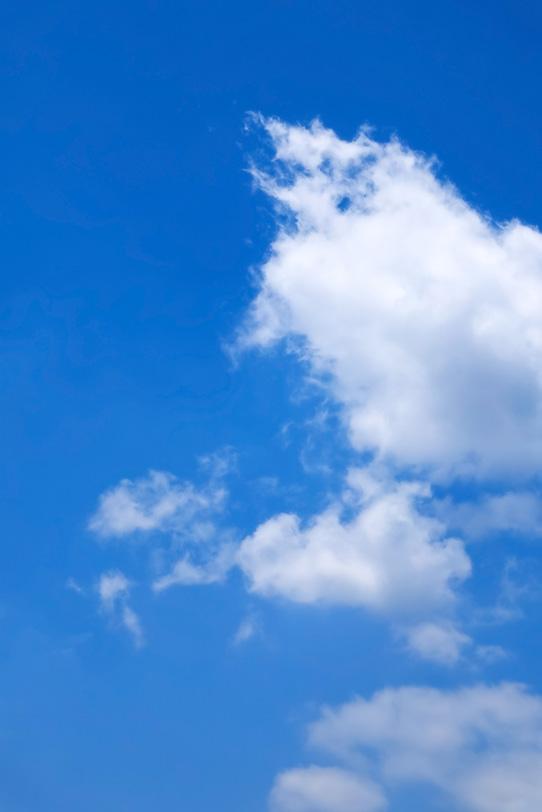綿の様な雲と心地よい青空の写真画像
