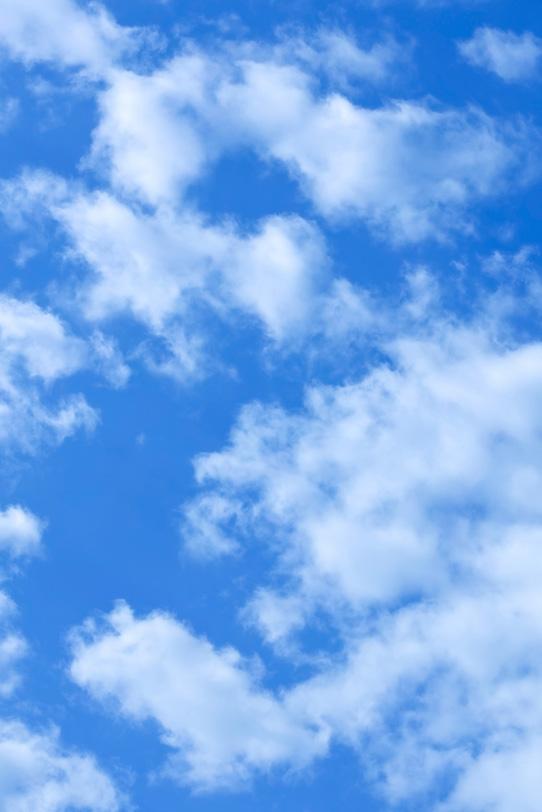 濃いブルーの青空と白い雲の写真画像