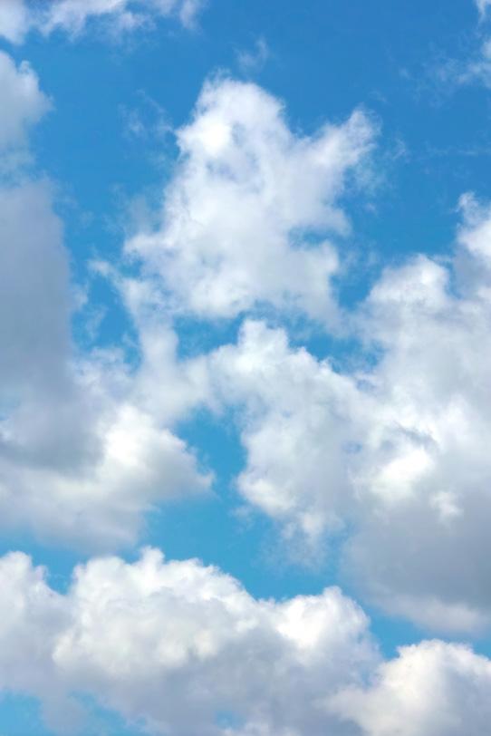 雲が沸き立つ青空の写真画像