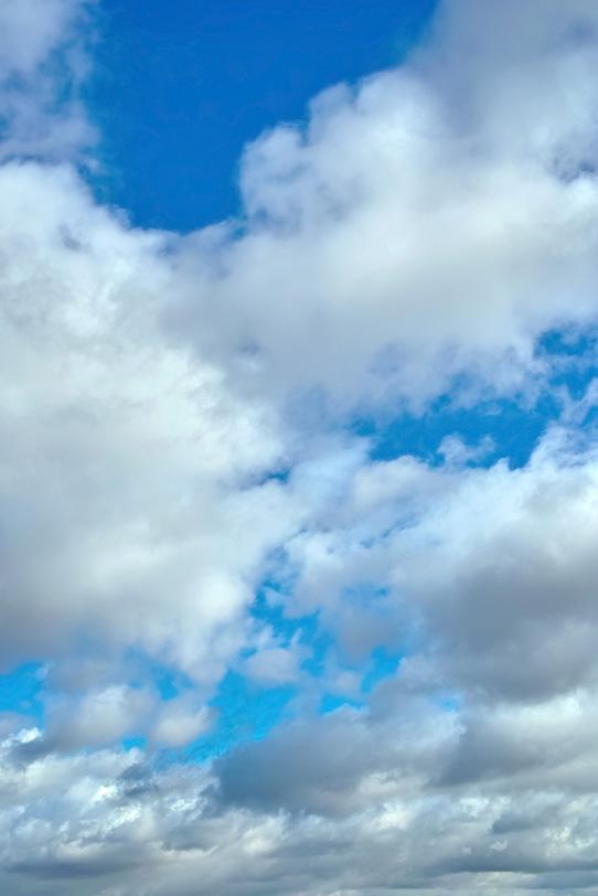 綺麗な青空が見える雲の隙間の写真画像