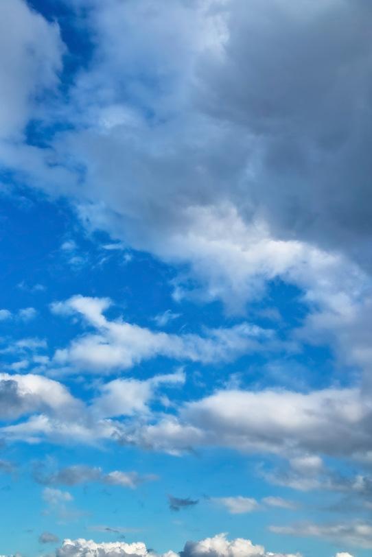雄大な雲と澄み渡る青空の写真画像