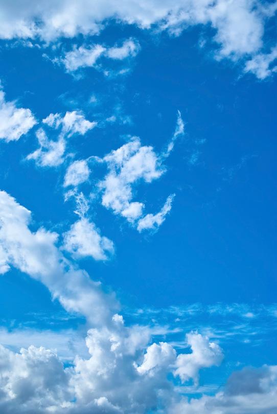 雄麗な青空の下の積乱雲の写真画像