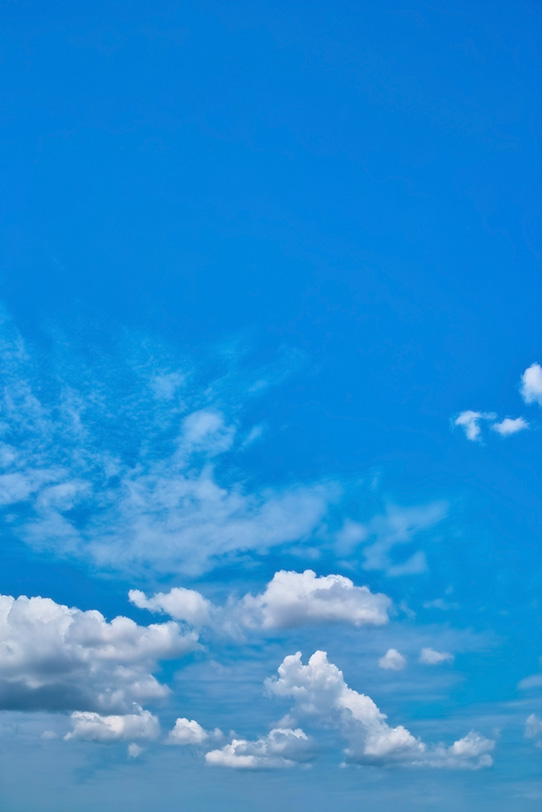 モクモクとした白い雲と青空の写真画像