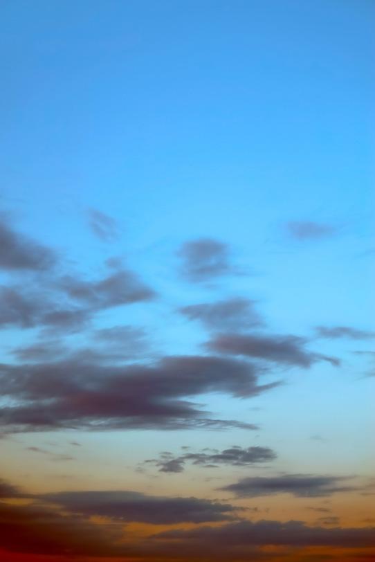 黒雲が流れる清澄な夕焼けの写真画像