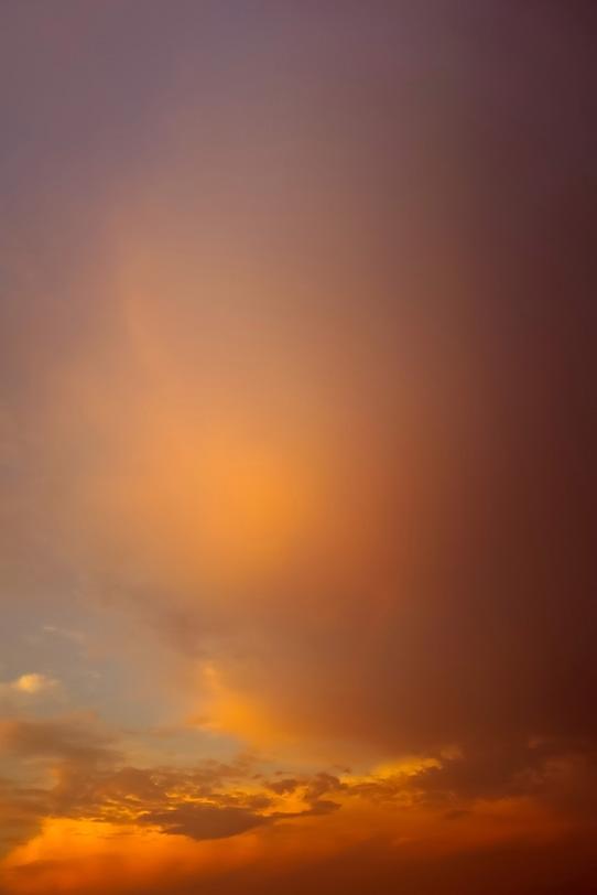 雲が照り映える夕焼けの写真画像