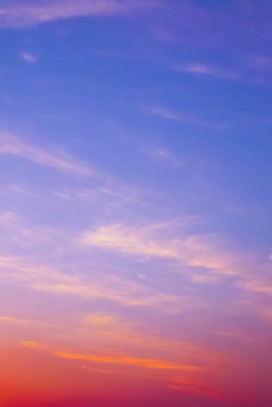 夕焼け空に茜色が滲むの写真画像