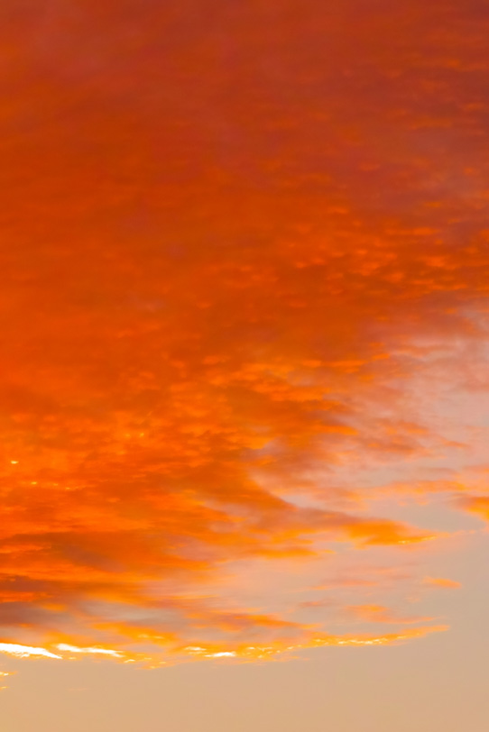 夕焼け雲が燃えるような空の写真画像