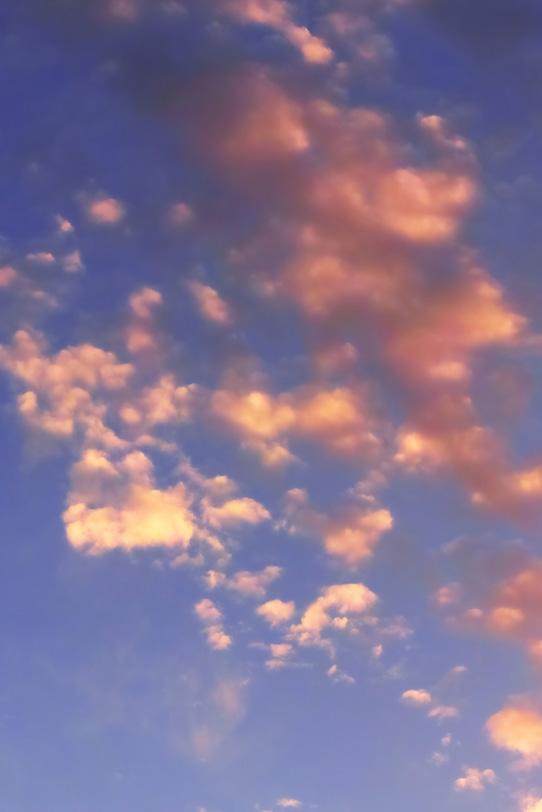 夕焼けの雲が薄茜色に染まるの写真画像