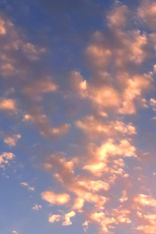 雲が煌めく長閑な夕焼けの写真画像