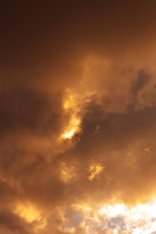 雲が滲む様に広がる夕焼け空の写真画像