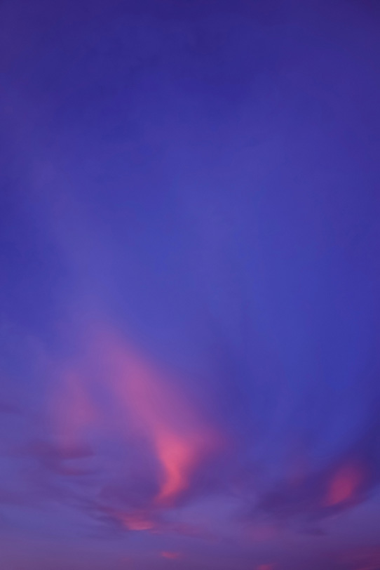 ピンク雲が彩る紫色の夕焼けの写真画像