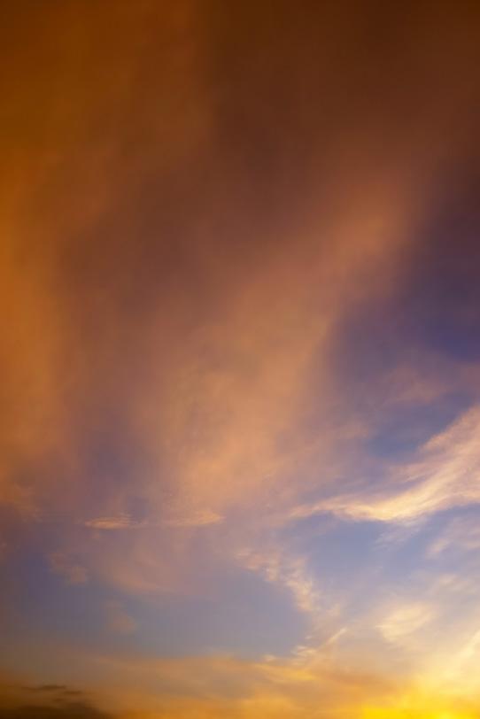 夕焼けの光が薄雲に反射するの写真画像