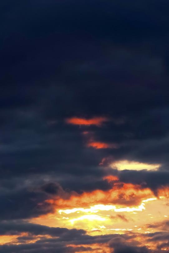 夕焼けと漆黒の空の写真画像