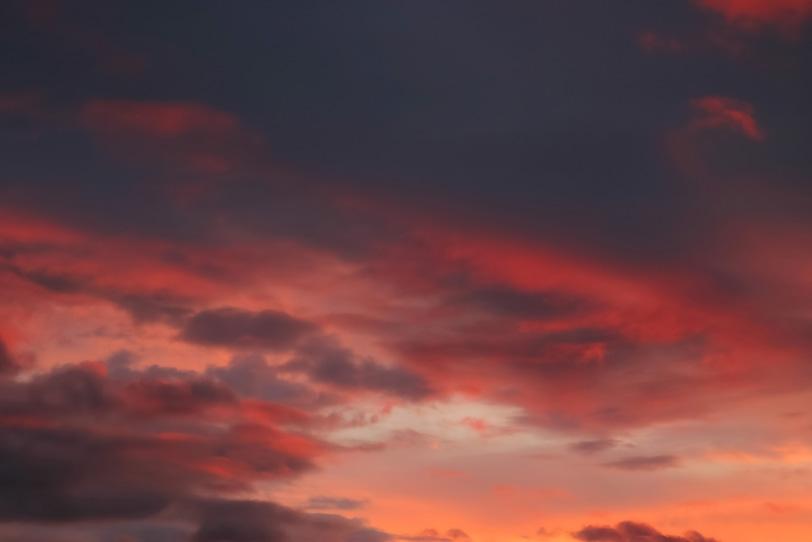 夕焼けに黒雲が赤く染まるの写真画像