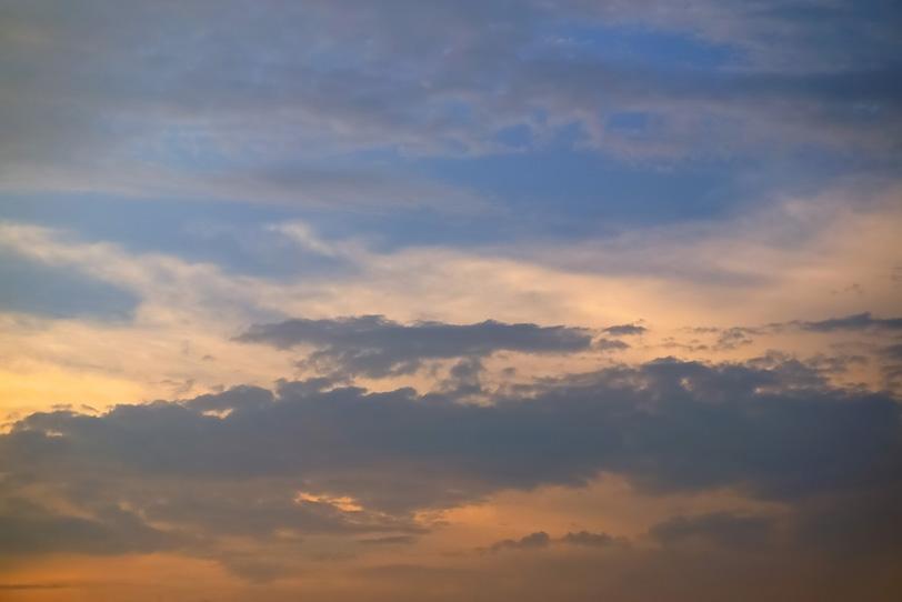 穏やかな淡い彩りの夕焼けの写真画像
