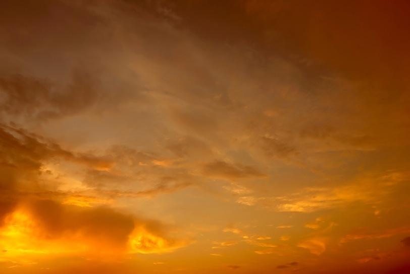 輝く神々しい夕焼けの写真画像
