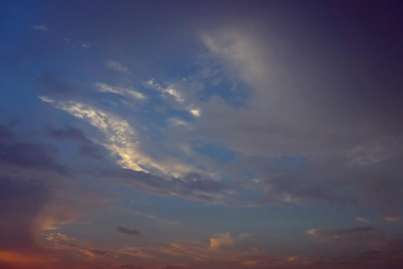 暗い空に僅かに残る夕焼けの写真画像
