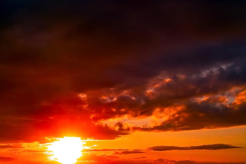 真赤な夕焼けに沈む夕陽の写真画像