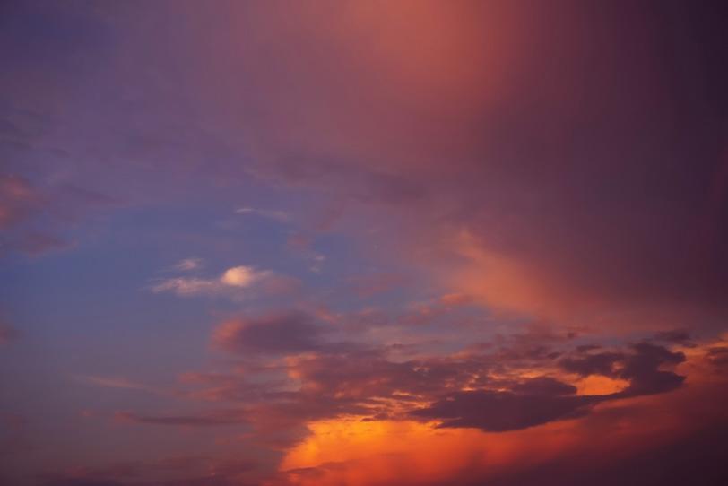 大きな茜雲が夕焼けに染まるの写真画像