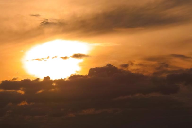 雄麗な夕焼けが雲を焦がすの写真画像