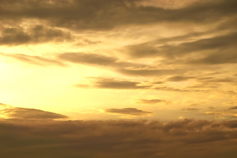 荘厳な金色の夕焼け空の写真画像