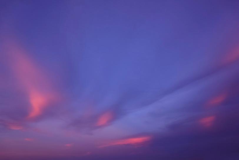 桃色の雲と桔梗色の夕焼け空の写真画像