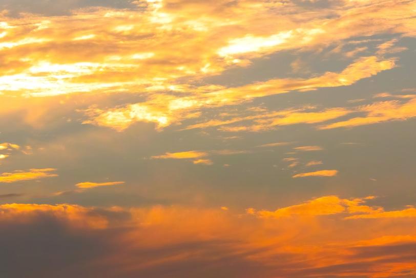 瑞雲が天高く輝く壮美な夕焼けの写真画像