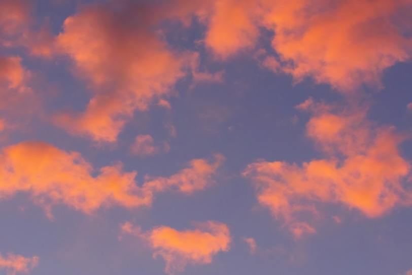 雲を赤く染め上げる夕焼けの写真画像
