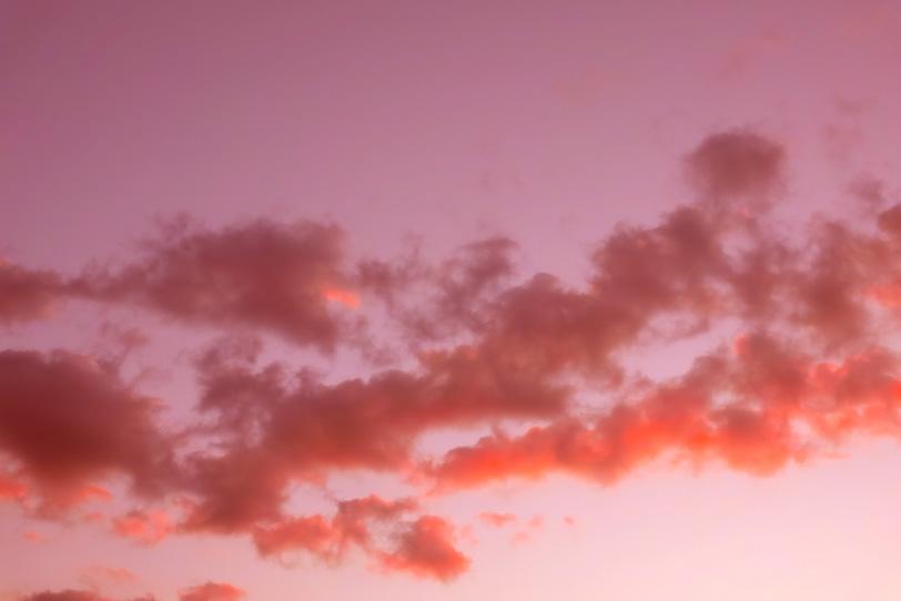 茜雲が浮かぶ薄紅の夕焼けの写真画像